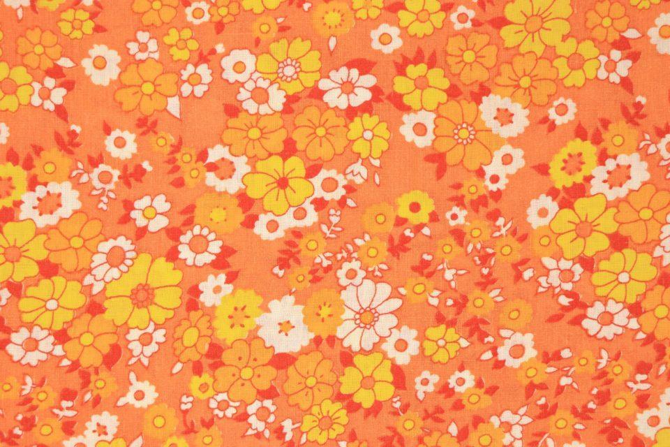 瑞々しいオレンジ系カラーの花柄レトロファブリック 幅130cm